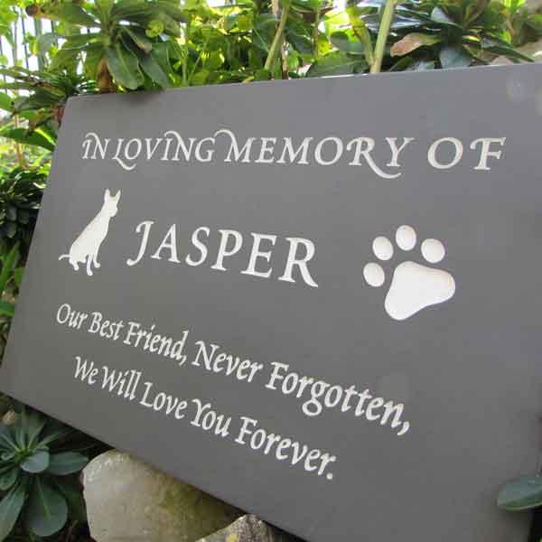 Pet memorial with natural engraving